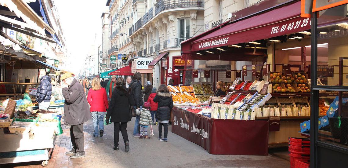 The pedestrian shopping street Rue Daguerre, seen from local shops © Apur