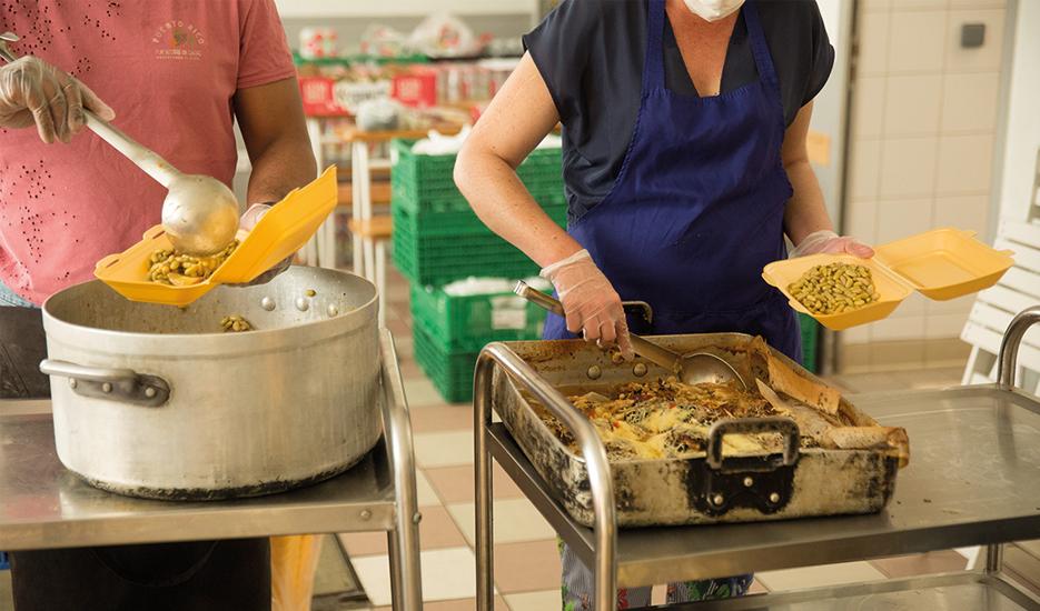 Préparation de repas par des bénévoles pour des personnes sans domicile fixe, avril 2020