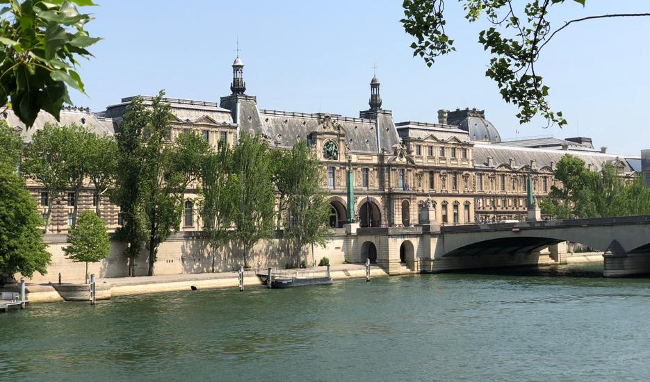 Vue sur les berges de Seine avec en arrière-plan, le musée du Louvre © Apur