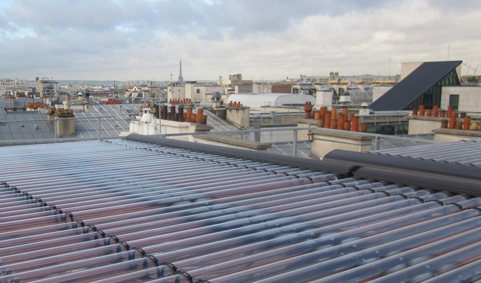 Panneaux solaires thermiques sur toit terrasse – 179bis quai de Valmy 75010 Paris © Apur