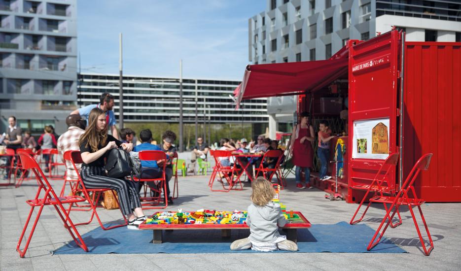Espace de jeu installé par La Ludomobile sur l'esplanade Rosa Parks à Paris (19e) © Mairie de Paris – Joséphine Brueder