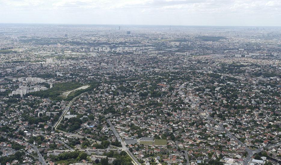Montfermeil et le centre commercial avec la D117, à gauche la ville de Clichy-sous-Bois. Vue panoramique vers Paris. Copyright : DRIEA – Guiho
