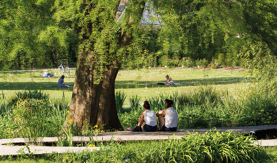 Relaxing in the Bois de Vincennes © Guillaume Bontemps - Ville de Paris