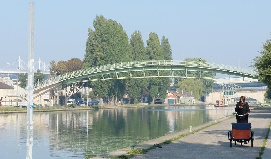 Vue sur le canal Saint-Denis, le Stade de France et la passerelle de la Fraternité à Saint-Denis (93) @ Apur