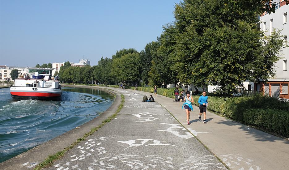 Promeneurs et joggeurs le long du canal Saint-Denis, boucle du Cornillon @ Apur