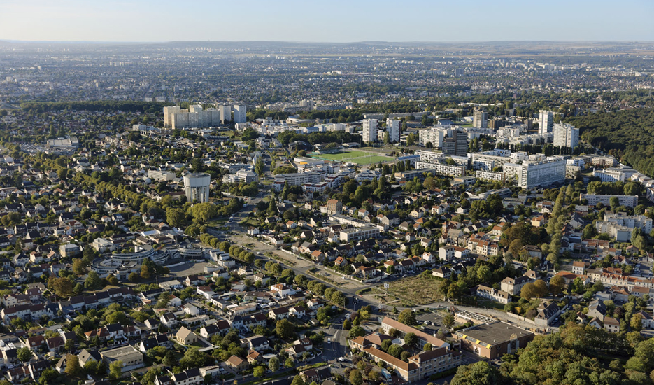 Vue vers Montfermeil, la forêt de Bondy, le quartier des Bosquets et la ville de Clichy-sous-bois en arrière plan © ph.guignard@air-images.net