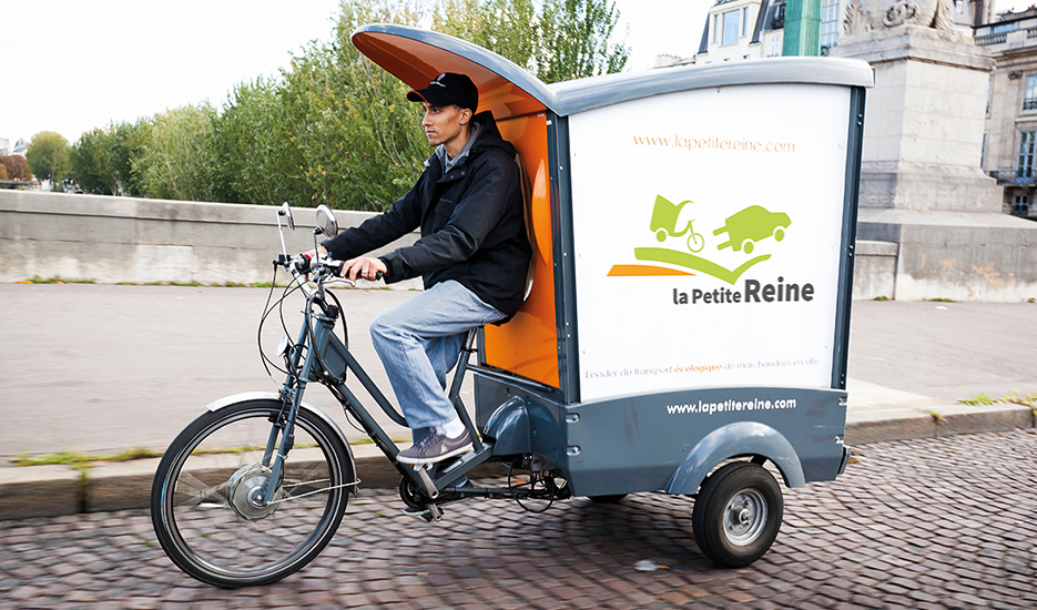 A delivery man for La Petite Reine © Star's service