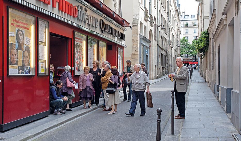 Groupe de personnes devant un cinéma du quartier Latin © Apur - Hanna Darabi