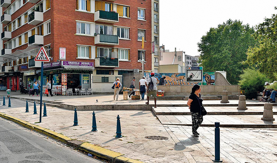 Sortie de métro Bobigny - Pantin - Raymond Queneau, ligne 5, vers l'Avenue Anatole France à Pantin © Apur - David Boureau
