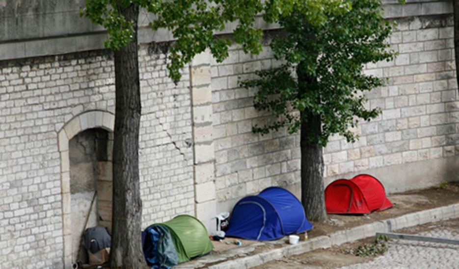 Tents of homeless people on the embankment, Paris © Apur