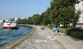 People relaxing and jogging alongside the Saint-Denis Canal, by the bend - Boucle du Cornillon @ Apur