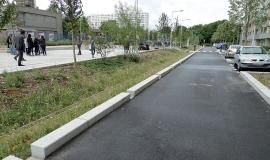 Espace planté recueillant les eaux de chaussée, les 4 000, La Courneuve © Apur