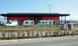 Campement de gens du voyage autour d'un bâtiment de Courtabœuf – Villejust CC by: Lionel Allorge – SA – 3.0