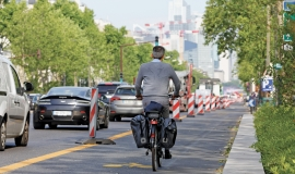 Temporary cycle path set up on Avenue Charles-de-Gaulle in Neuilly-sur-Seine © Henri Garat – Ville de Paris