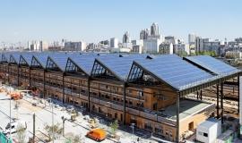 Point de vue sur la Halle Pajol avec la centrale photovoltaïque installée sur le toit © Apur - David Boureau