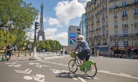 Cycliste, quai de Grenelle © Guillaume Bontemps / Ville de Paris