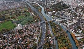 Champigny-sur-Marne - Le Perreux : L'autoroute A4 et la Marne avec l'île des Loups, le secteur du pont de Nogent et le parc du Tremblay en arrière plan © Ph.Guignard@air-images.net