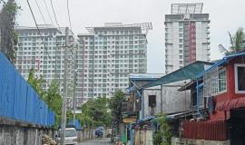 Condominiums and small housesin Hlaign township © Apur