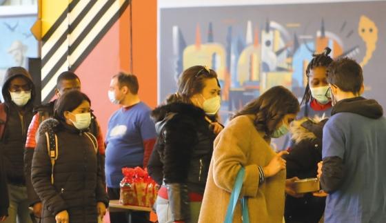 Distribution alimentaire à destination des étudiantes et étudiants par l'association Linkee, à Paris, pendant la pandémie de la Covid 19 © Association Linkee Paris