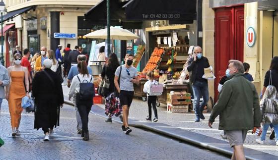 Shops and pedestrians in rue Montorgueil © Apur - François Mohrt