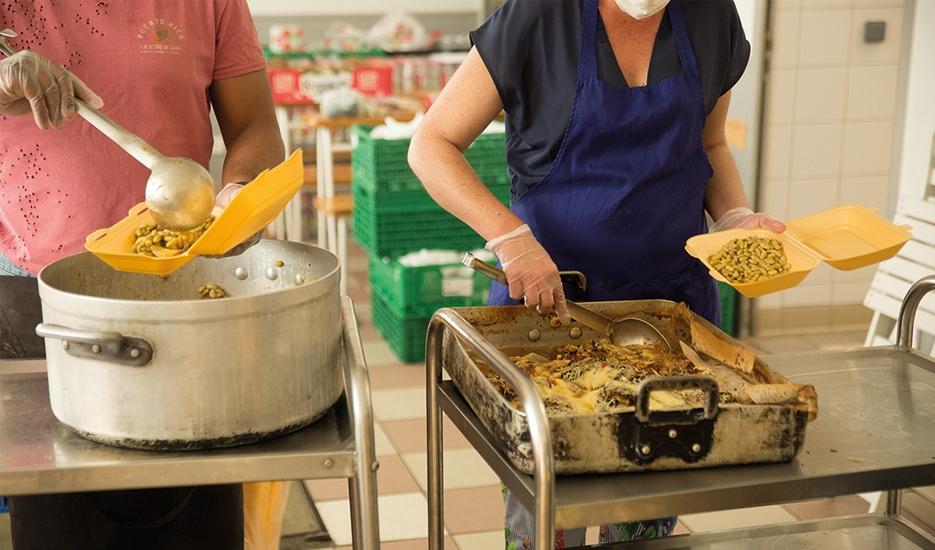 Meals being prepared by volunteers for homeless people, April 2020 © Joséphine Brueder – Ville de Paris