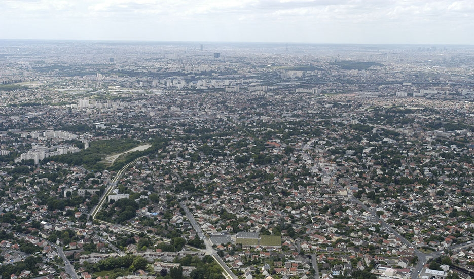Montfermeil, the shopping mall and the D117, to the left is Clichy-sous-Bois. Panoramic view towards Paris. Copyright : DRIEA – Guiho