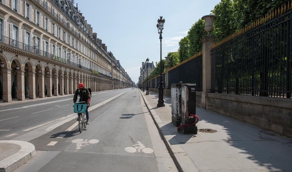Courier rue de Rivoli during lockdown © Apur – Arnauld Duboys Fresney