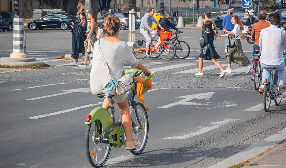 Utilisateurs de vélos en partage sur le pont Alexandre III, Paris © JeanLuclchard/Shutterstock.com