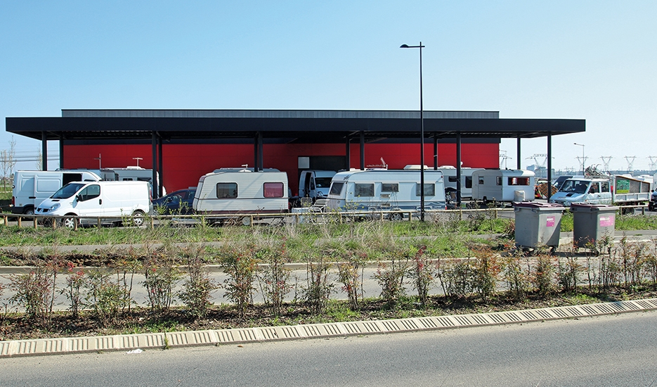 Travellers' camp around a building in Courtabœuf -  Villejust CC by : Lionel Allorge – SA – 3.0