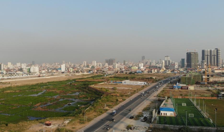 La partie nord du Boeing Cheung Ek vue depuis le sud, au centre le boulevard Hun Sen – Phnom Penh, Cambodge © Cheam Phanin