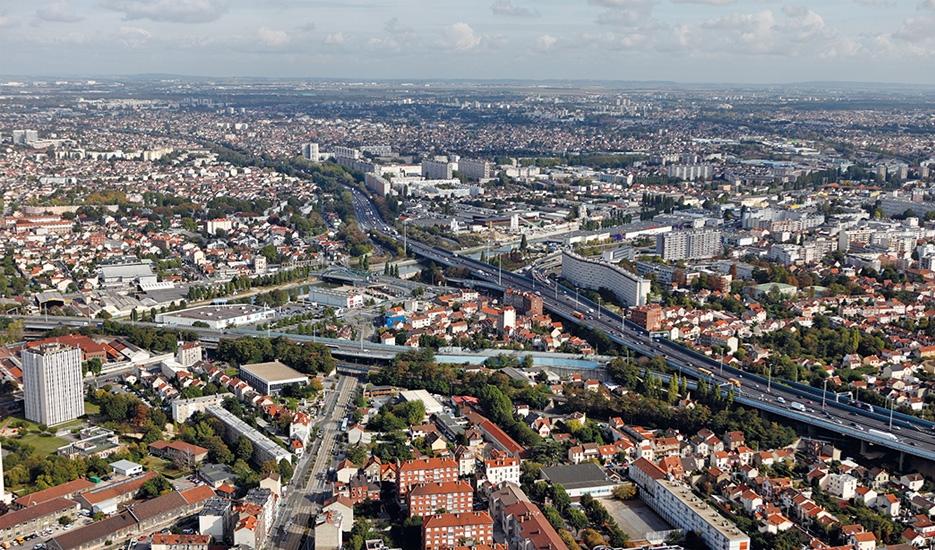 Noisy-le-Sec — le canal de l'Ourcq, secteur du pont de Bondy/vue de l'Ouest avec Bondy en arrière-plan et Bobigny à gauche de l'image/les autoroutes A86 et A3 © ph.guignard@air-images.net